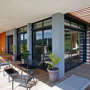 Inspiration pour une terrasse et balcon design de taille moyenne.