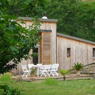 Cette image montre une terrasse arrière design avec une terrasse en bois.