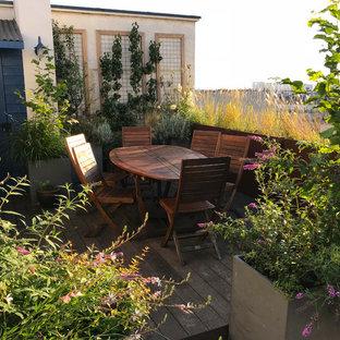Exemple d'une terrasse nature de taille moyenne avec une pergola.