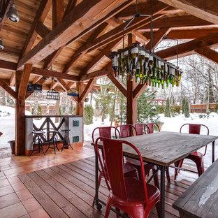 Стильный дизайн: терраса в стиле рустика с летней кухней - последний тренд