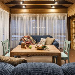 Ejemplo de galería de estilo de casa de campo con suelo de baldosas de cerámica, techo estándar y suelo marrón