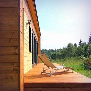 На фото: маленькая терраса на заднем дворе в стиле рустика без защиты от солнца