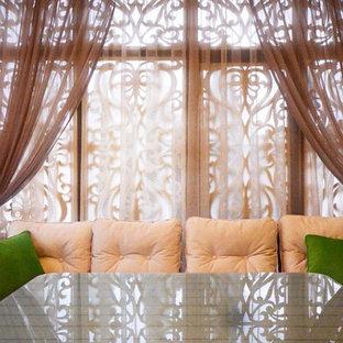 Cette photo montre une terrasse arrière romantique de taille moyenne avec une pergola.