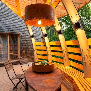 На фото: пергола на террасе среднего размера на внутреннем дворе в стиле фьюжн с