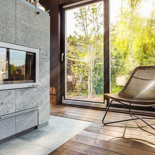 Rustik inredning av ett uterum, med mörkt trägolv, en dubbelsidig öppen spis, en spiselkrans i sten, tak och brunt golv