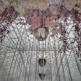 Exemple d'une véranda moderne de taille moyenne avec un plafond en verre et un sol rose.