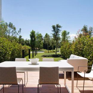 Удачное сочетание для дизайна помещения: терраса среднего размера на заднем дворе в стиле модернизм с местом для костра - самое интересное для вас