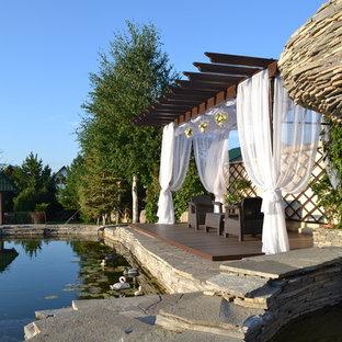 Пример оригинального дизайна интерьера: пергола на террасе на заднем дворе в средиземноморском стиле