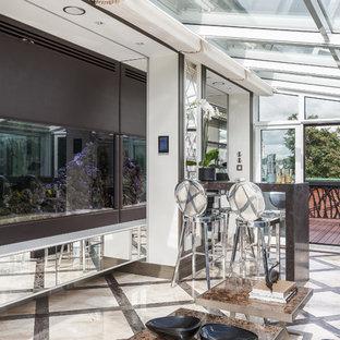 Неиссякаемый источник вдохновения для домашнего уюта: огромная терраса в современном стиле с стеклянным потолком, бежевым полом и мраморным полом