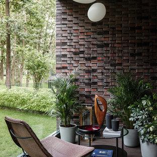 Неиссякаемый источник вдохновения для домашнего уюта: терраса в современном стиле с темным паркетным полом, стандартным потолком и коричневым полом