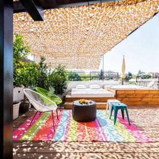 Réalisation d'une terrasse sur le toit design avec un auvent.
