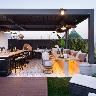 Imagen de terraza tradicional renovada, en azotea y anexo de casas, con cocina exterior