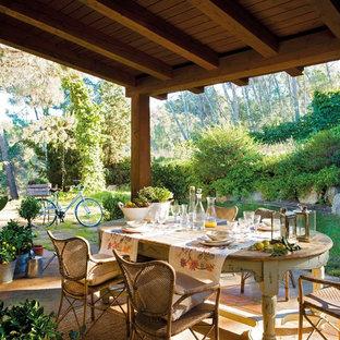 Idee per un portico country dietro casa e di medie dimensioni con un tetto a sbalzo
