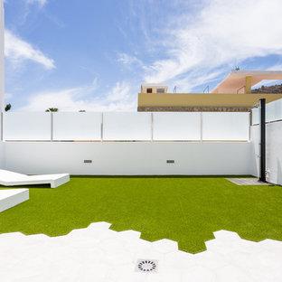 Modelo de terraza moderna, de tamaño medio, en patio trasero