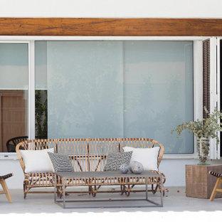Imagen de terraza mediterránea, de tamaño medio, en patio trasero y anexo de casas