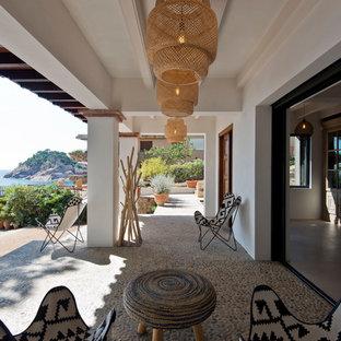 Modelo de terraza mediterránea, grande, en patio trasero y anexo de casas
