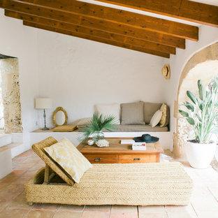 Imagen de terraza mediterránea, de tamaño medio, en anexo de casas, con suelo de baldosas