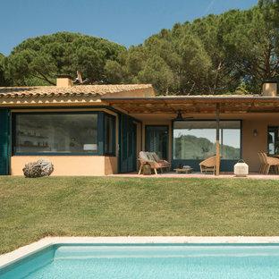 Esempio di un portico mediterraneo di medie dimensioni e dietro casa con un portico chiuso e piastrelle