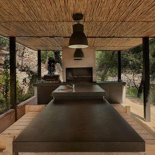 Imagen de terraza de estilo de casa de campo, grande, con cocina exterior y pérgola