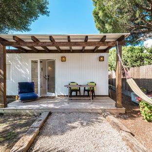 Modelo de terraza mediterránea, en patio trasero, con pérgola