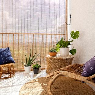 Стильный дизайн: маленькая терраса на заднем дворе в средиземноморском стиле с навесом - последний тренд