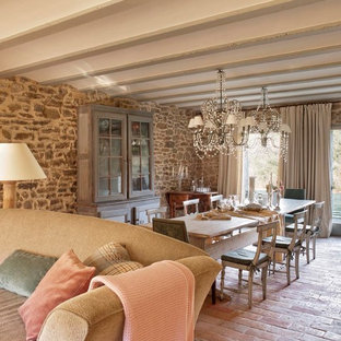 Foto di una sala da pranzo aperta verso il soggiorno stile rurale di medie dimensioni con pavimento in mattoni