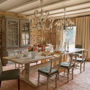 Foto di una grande sala da pranzo aperta verso il soggiorno rustica con pavimento in terracotta e pavimento rosso