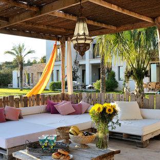 Новый формат декора квартиры: веранда среднего размера на переднем дворе в средиземноморском стиле с покрытием из бетонных плит