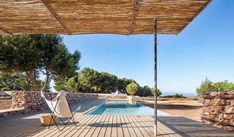 Modernidad y tradición en una piscina en la isla de Formentera