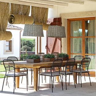 Imagen de terraza mediterránea en patio trasero y anexo de casas