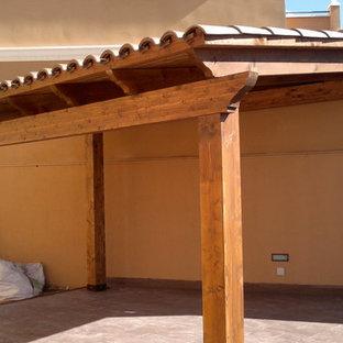 Ispirazione per un piccolo portico classico dietro casa con una pergola