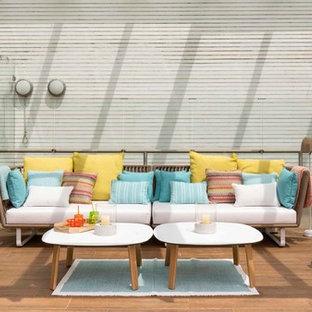 Ejemplo de terraza marinera, de tamaño medio, en patio trasero, con pérgola