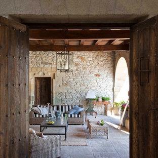 Ejemplo de terraza mediterránea, grande, en patio lateral y anexo de casas