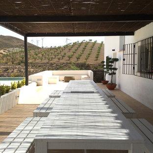 Idee per un portico country di medie dimensioni e nel cortile laterale con piastrelle e una pergola
