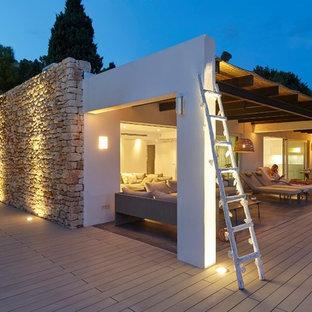 Modelo de terraza mediterránea en patio trasero y anexo de casas