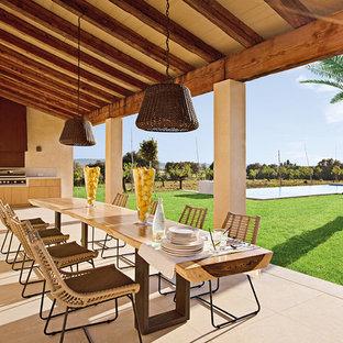 Ejemplo de terraza mediterránea, grande, en patio lateral y anexo de casas, con cocina exterior
