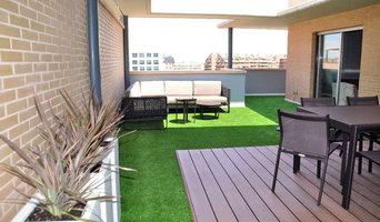 Terraza con césped artificial y madera técnica