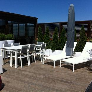 Diseño de terraza clásica renovada, grande, en azotea, con jardín de macetas y toldo