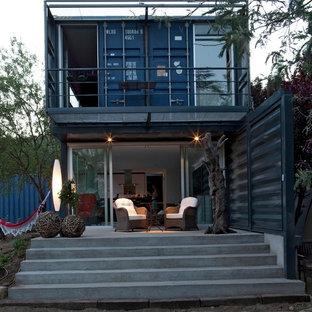 Immagine di una piccola terrazza industriale nel cortile laterale con nessuna copertura