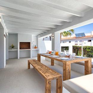 Ejemplo de terraza costera, de tamaño medio, en patio trasero y anexo de casas, con brasero