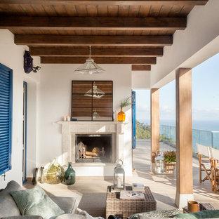 Ejemplo de terraza marinera, en anexo de casas, con chimenea