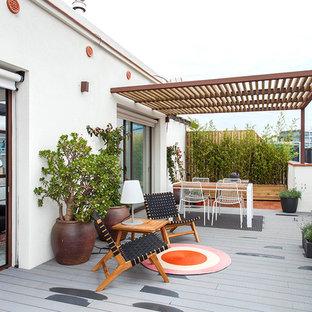 Imagen de terraza actual, en azotea, con jardín de macetas y pérgola