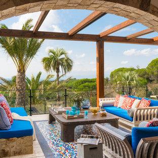 Foto de terraza mediterránea con pérgola