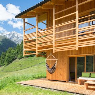 Esempio di terrazze e balconi stile rurale di medie dimensioni e dietro casa