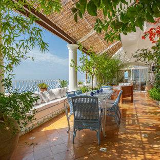 Foto di una terrazza mediterranea al primo piano con parapetto in metallo