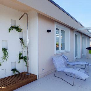 Imagen de terraza contemporánea, de tamaño medio, en azotea, con ducha exterior y pérgola