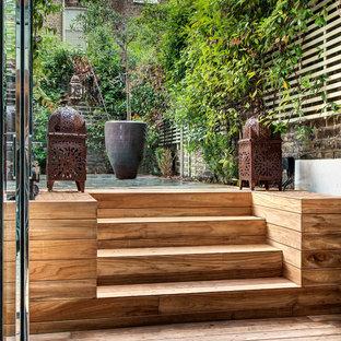 Foto de terraza asiática, de tamaño medio, en patio trasero, con jardín vertical
