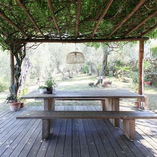 Immagine di una terrazza mediterranea dietro casa con una pergola