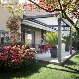 Ejemplo de terraza contemporánea, de tamaño medio, en patio, con pérgola