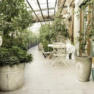 Ispirazione per una terrazza shabby-chic style nel cortile laterale con una pergola